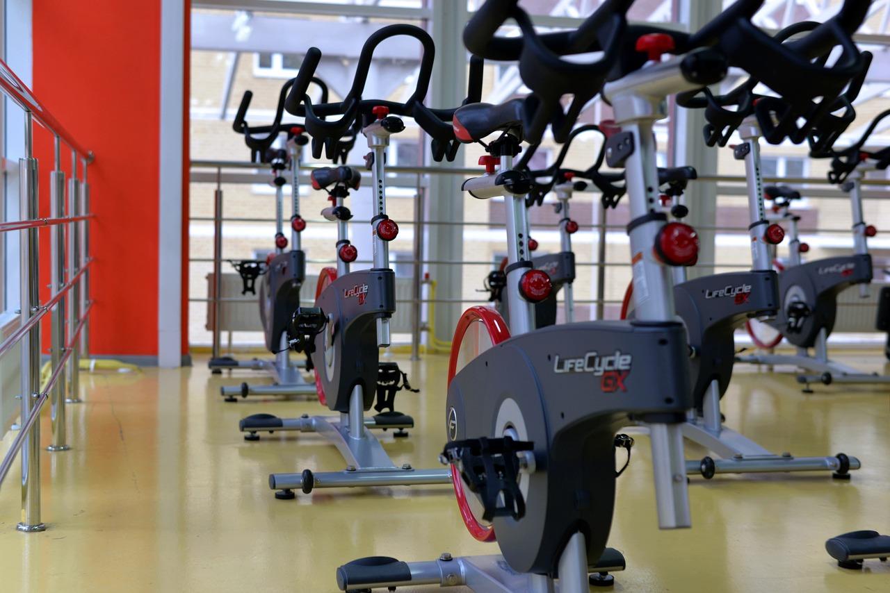 Pierwsze treningi na siłowni – jak zacząć ćwiczyć?