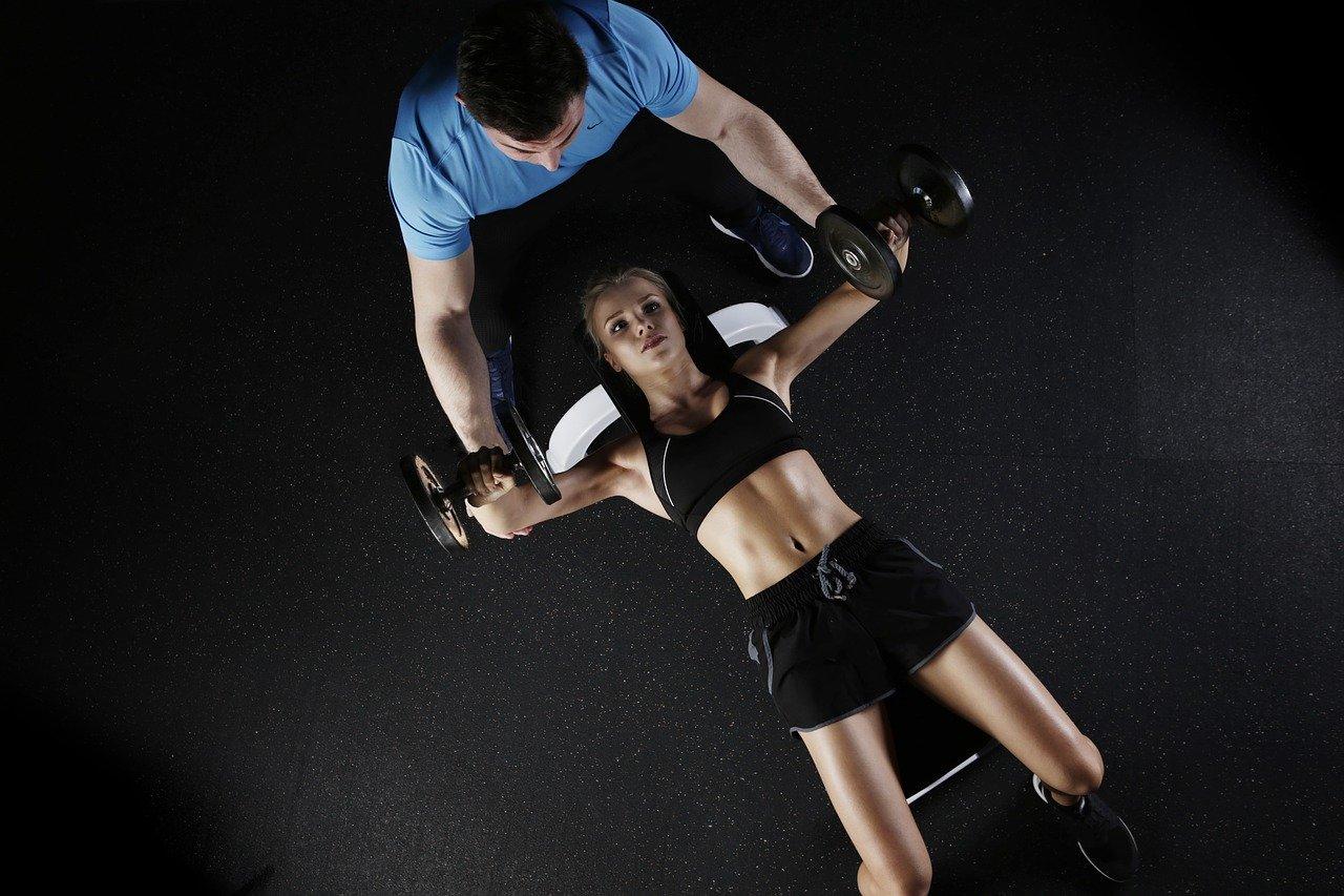 Skuteczny trening na płaski brzuch dla dziewczyn